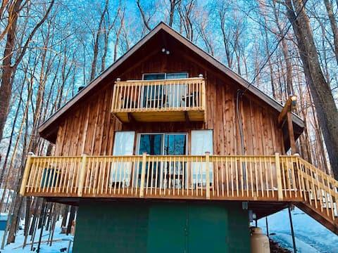 Pocono Mountain Escape Authentic Lakeside Cottage!