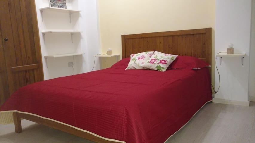 Habitación principal con baño en suite y aire acondicionado split frío/calor.