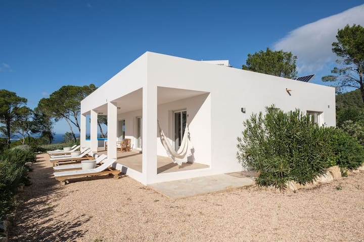 Beautiful villa immersed in the nature of ibiza for 6 people
