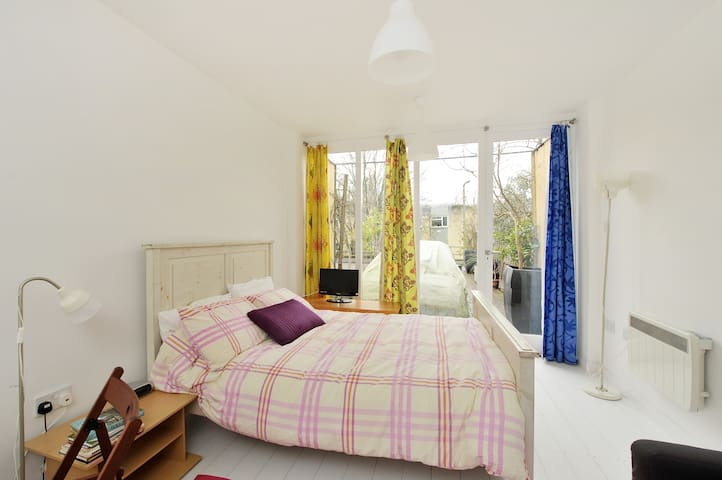 Self contained flat in Bath free on street parking