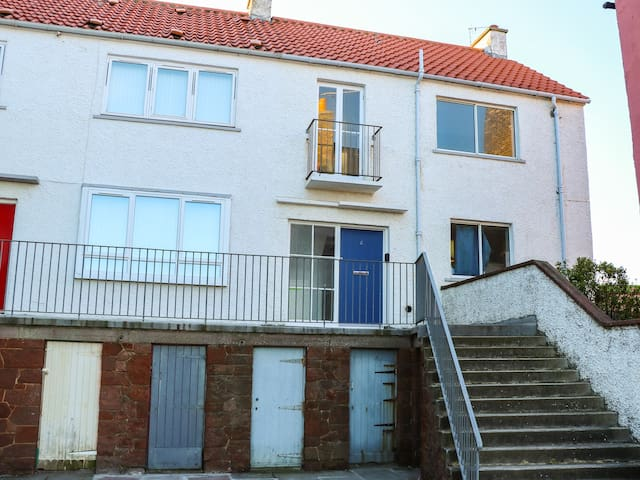 HARBOUR VIEW, pet friendly in Dunbar, Ref 970493