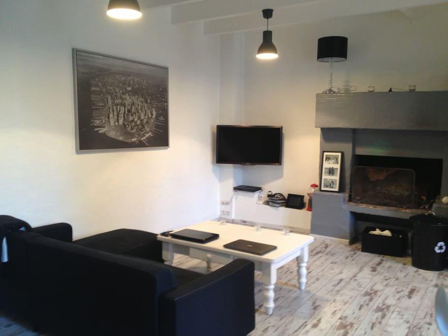 Rdc - salon avec cheminée ouvert sur la cuisine