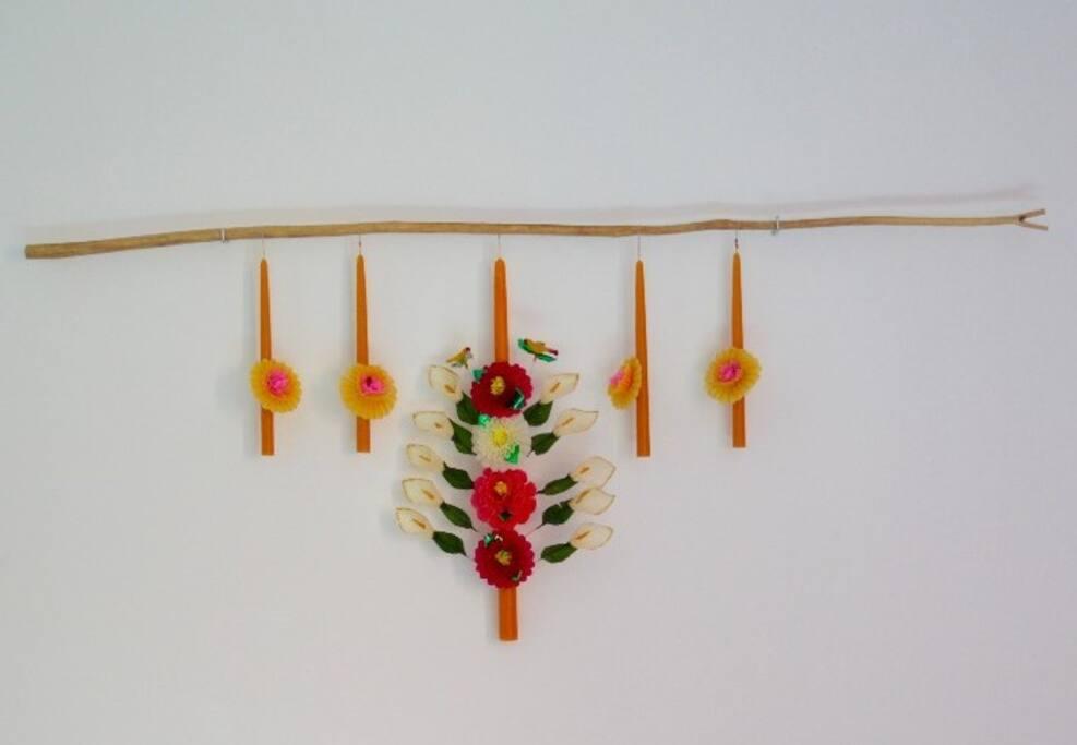 La Santísima. Flor de Mayo, cuenta con cama matrimonial, baño completo, balcón/salida independiente, escritorio/tocador, silla, banco porta equipaje, colgador de ropa, ventilador, mesas de noche.