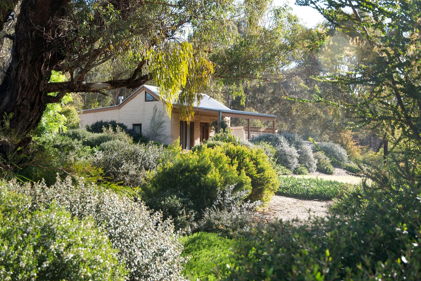 Self-contained off-grid mud brick cottage, on bush block backing onto Muckleford State Forest, 10 minutes from Castlemaine, Maldon and Newstead, and 90 minutes from Melbourne..