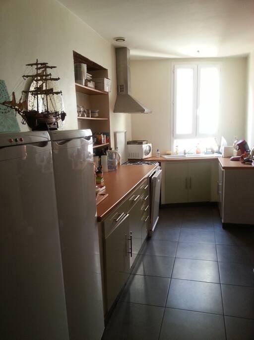 Cuisine traversante, frigo et congélateur, gaz et four, machine à laver la vaisselle, cafetière Senseo.