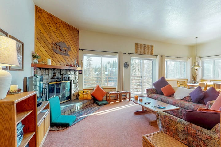 Mountaintop condo w/ private balcony & shared pools/hot tubs/saunas/game room!
