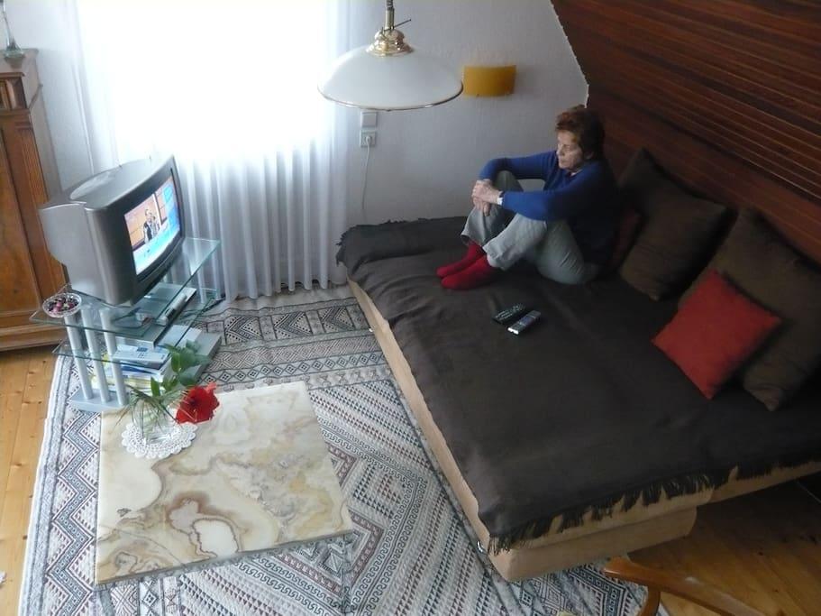 Couch verwandelt zum bequemen Fernsehen