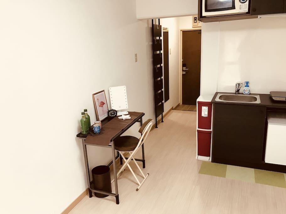 虽然房间不大,但是可以让您感觉到很温馨,家里的设备都是全新的