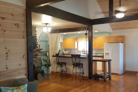 Newly renovated lake home near Saratoga Race Track - Saratoga Springs - Dom