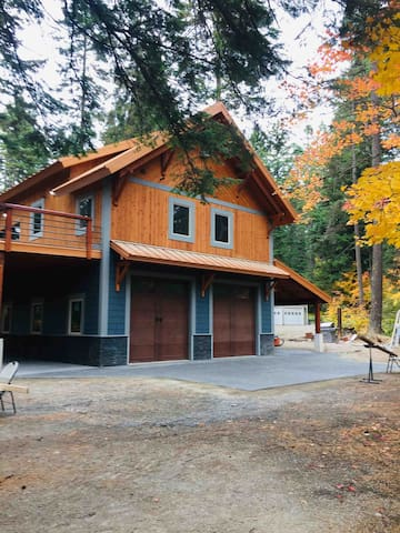 Four Seasons Lake House with hot tub
