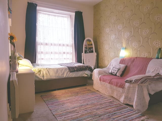Large room in city centre with breakfast