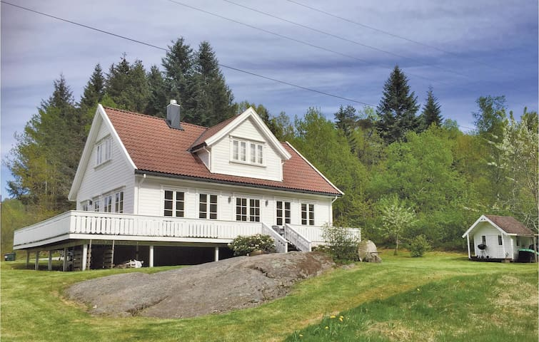 Holiday cottage with 3 bedrooms on 130m² in Lindesnes