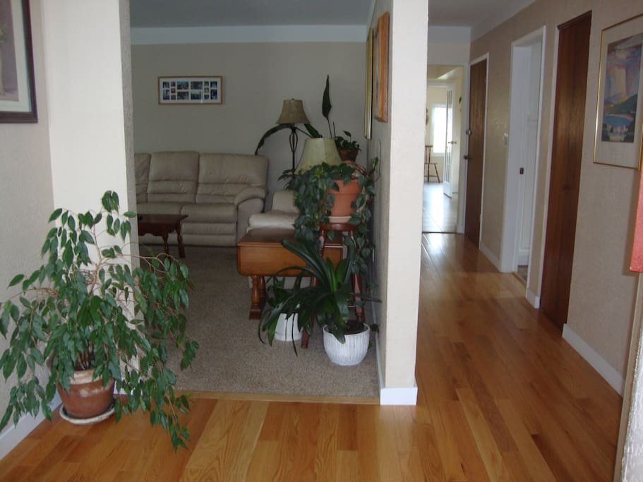 Second entry to the livingroom - oak floors.