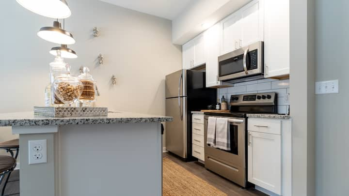 Chic 1BD with fitness center, sparkling clean