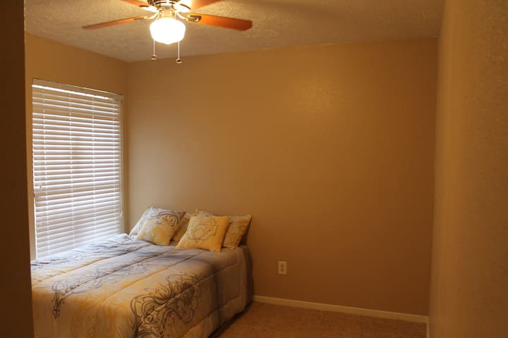 Clean and neat rooms, near major highways. - Missouri City - Bungalow