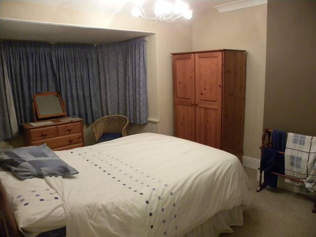 Pleasant dble bedroom within house - Ogwell - Huis
