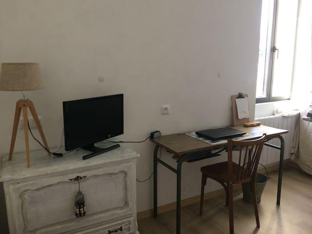 Bureau et TV disponible, vu sur le lubéron