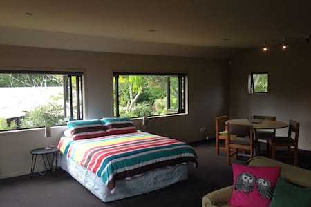 Your own apartment in the trees - Hamilton - Bed & Breakfast