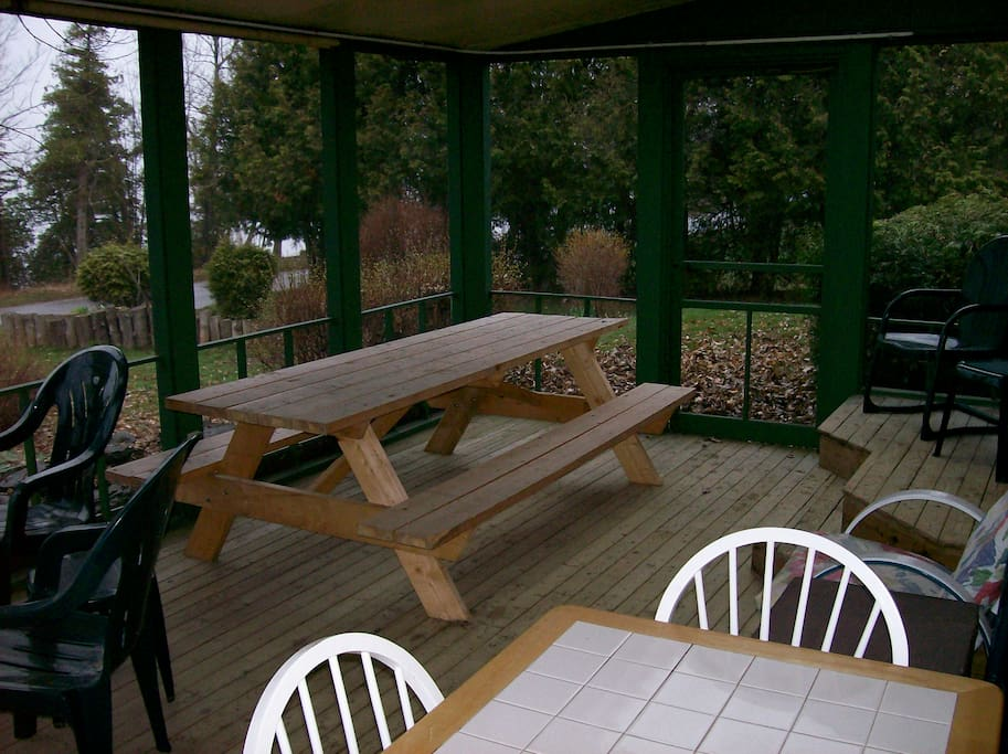 Large screened porch that you will spend most of your time in enjoying the lake!