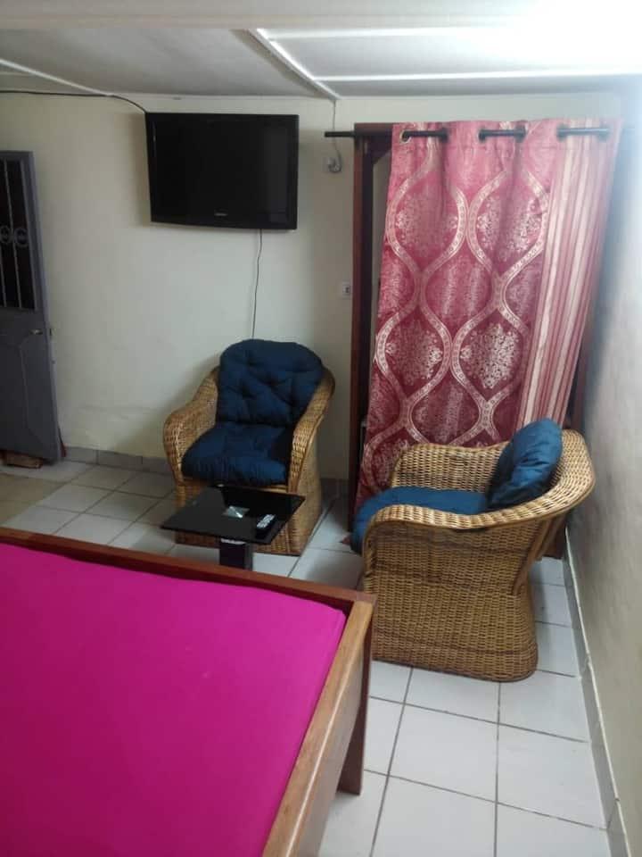 Douala, quartier Deido : Studio Lilas tout équipé