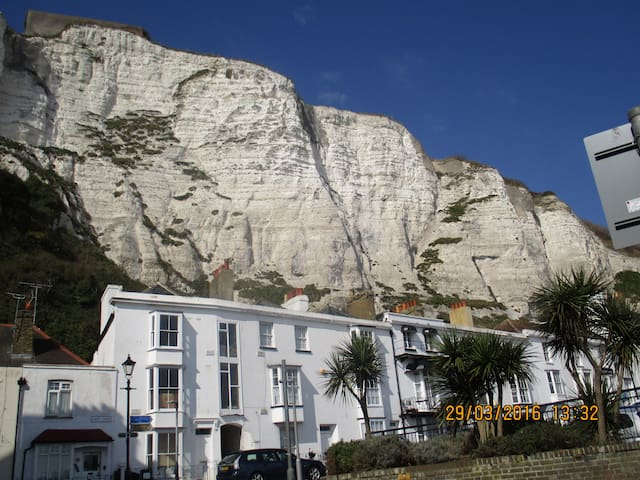 SAME STREET as The White Cliffs! - Dover - House