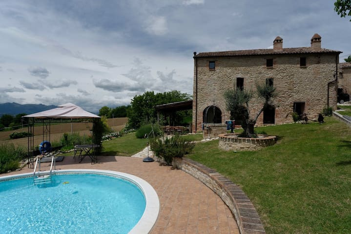 Old farmhouse with mountain views - Montefalcone Appennino