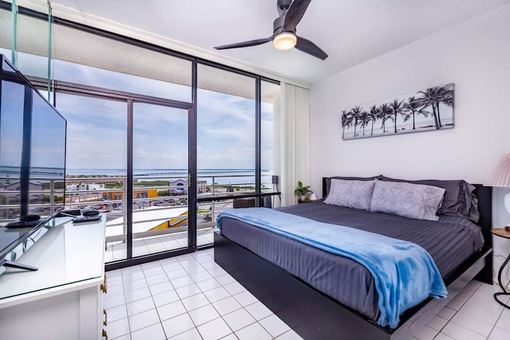 Master bedroom has king bed with great views of the bay and bridge. Smart tv with Roku provided. Sit in your balcony and watch the sunsets