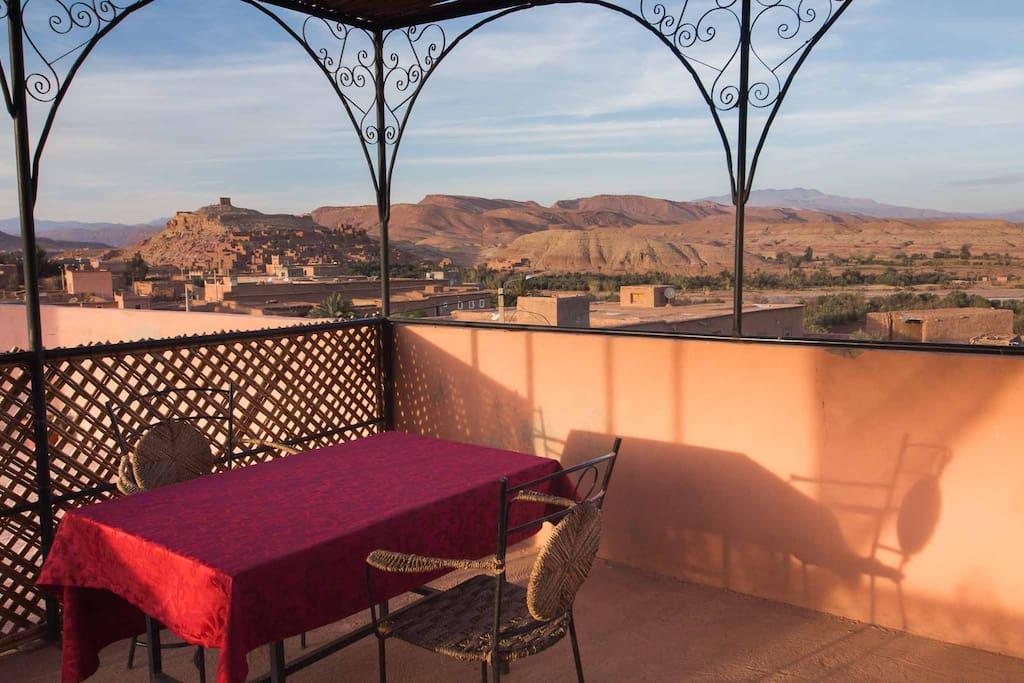 bonne terrasse avec vue sur la kasbah d'ait ben haddou