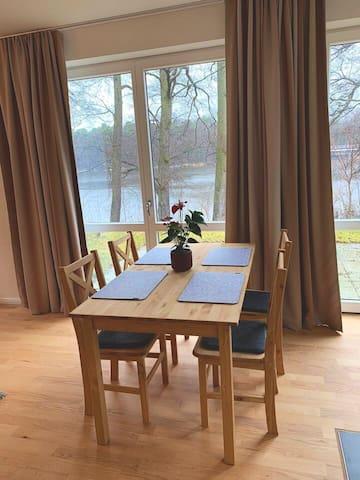 Ruhige Wohnung mit Terasse und Seeblick