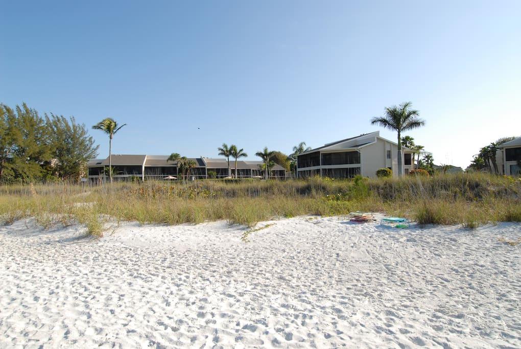 Blick auf die Wohnanlage vom Strand