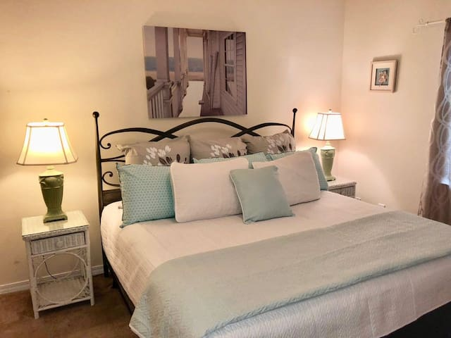 Cozy Lake Front~Flash Sale~$30 off Cleaning fee for bookings made after 12/9/19 with a departure date in Nov, Dec, Jan, Feb. Book Now! Romar Lakes 204B