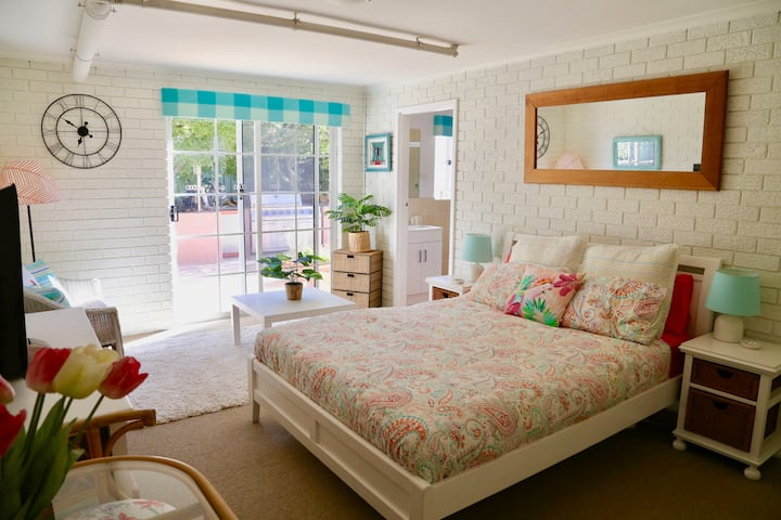 *Sunny Side Up*  Cheerful spacious room in  Evatt
