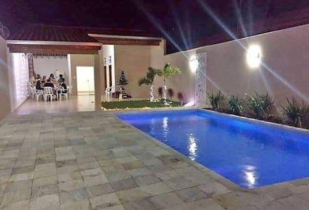 Edícula com piscina