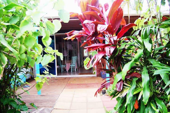 Belle chambre dans grande maison et jardin boisé