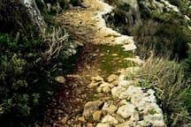 Αρχαίο μονοπάτι στην πλαγιά του Ακόντιου Όρους κατά μήκος του Μέλανα Ποταμού.