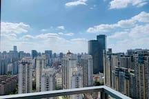 中山公园龙之梦商圈/高层景观欧式两房,大阳台可以俯瞰整个上海夜景,2/3/4号地铁可到达各大商圈。