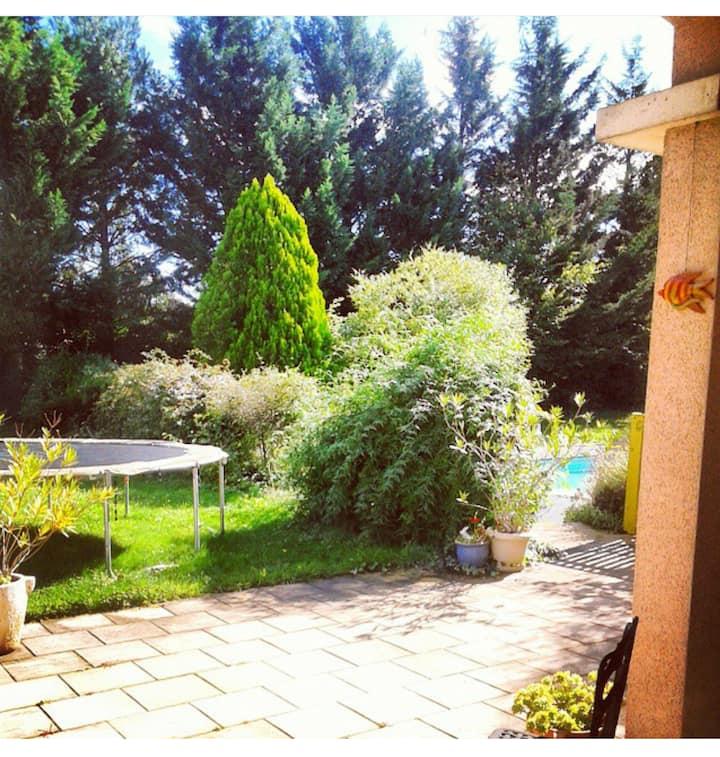 Chambres privées. Maison avec jardin et piscine !