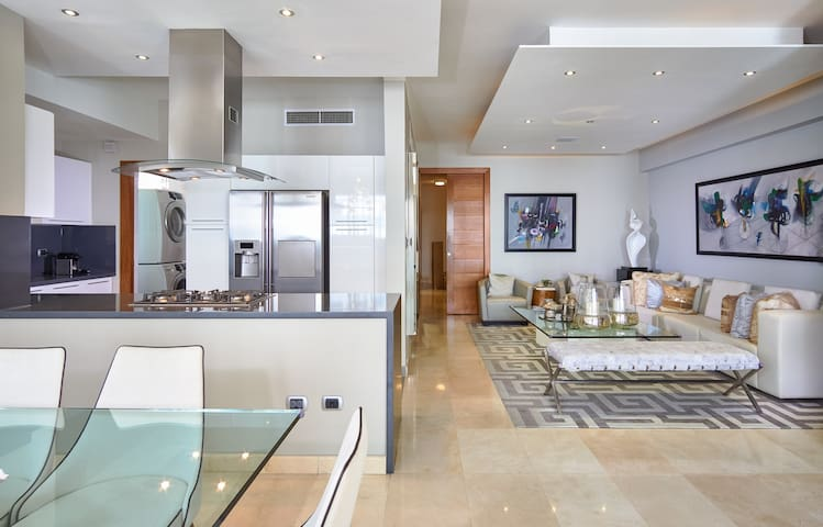 3 Bedrm Luxury apartment in the Heart of the City.