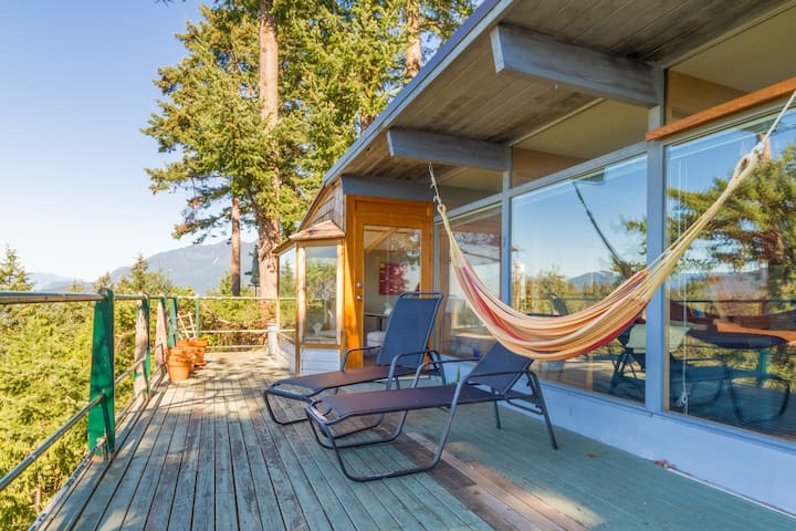 Secluded West Coast 2BR w/ views + fireplace - West Vancouver
