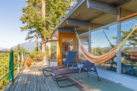 Secluded West Coast 2BR w/ views + fireplace - West Vancouver - Ház