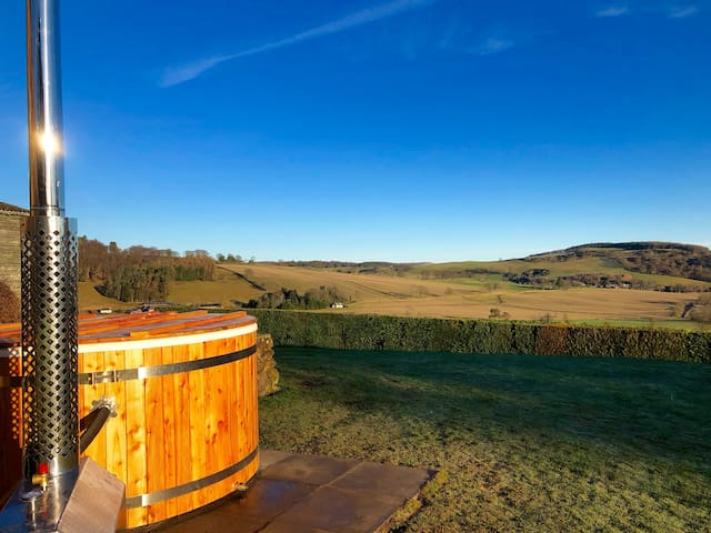 Panoramic views and wood burning hot tub for 2-6