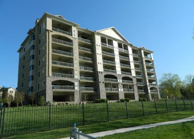 Port of Call 3BR, 2B Lakeview - Andersonville - Condominium