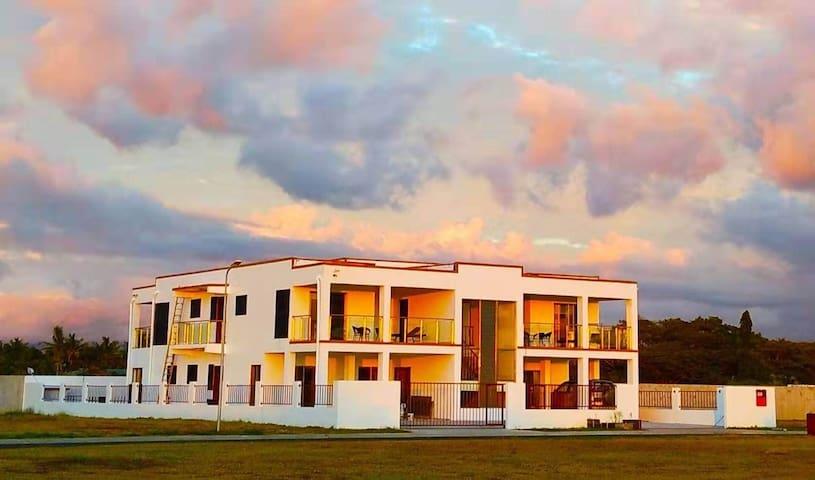 Wailoaloa海滩棕榈树庄园内,步行海边百米之遥,带室外游泳池和烧烤设备,拎包入住,新房。