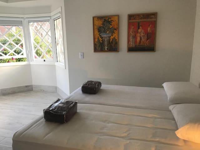 Suíte 1 - Possui 2 camas de solteiro ou 1 cama de casal. Persiana com black out.
