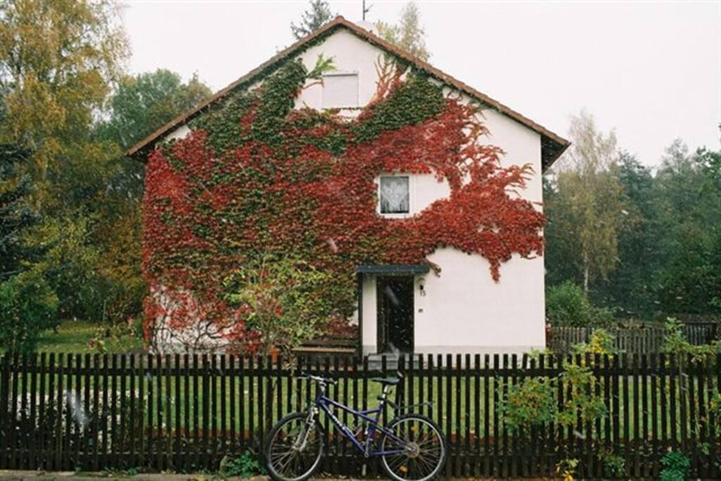 Das Haus im Herbst. Das oberste Fenster gehört zur Ferienwohnung.