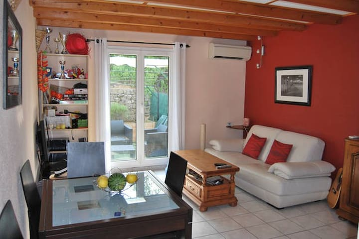 Cosy and air-conditioned bedroom - Trets - Apartmen