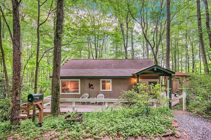 Smoky Mountain Treehouse-Cozy, Clean, HotTub, WiFi
