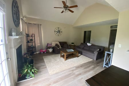 Cozy ranch with Private Room, WIFI, open outdoors