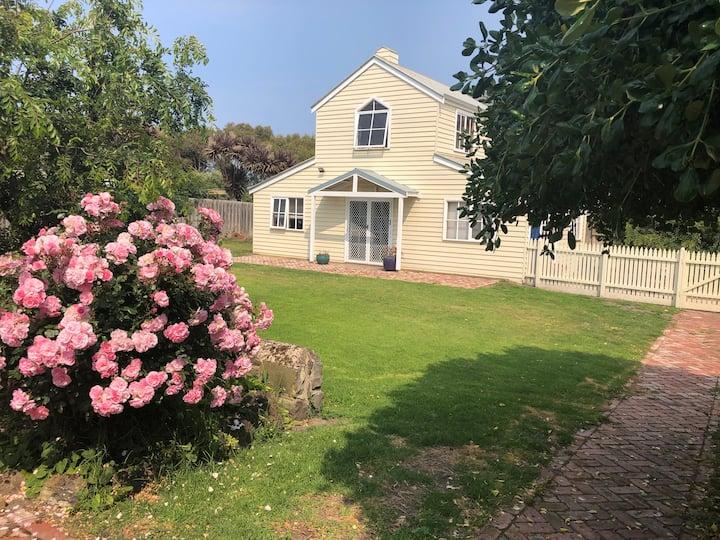 Blue Door Beach House: The ocean at your doorstep