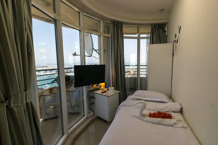Panoramic Single room for one Girl in Dubai Marina